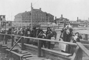 Immigrants entrant à Ellis Island en 1902.